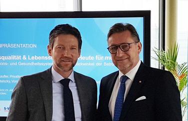Schaufler und Bartalszky bei der Studienpräsentation (Bild: VersicherungsJournal)