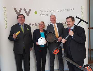 Pressegespräch zum Thema Haushaltsunfälle: Louis Norman-Audenhove, Elisabeth Stadler, Othmar Thann und Werner Gruber (Bild: VersicherungsJournal)