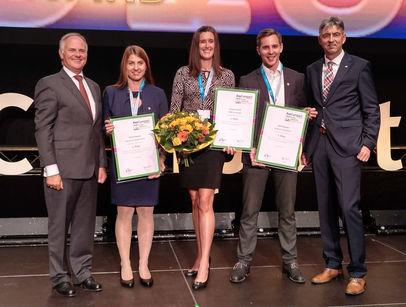 Gerhard Matschnig (li.) und Franz Waghubinger mit den Gewinnern des Jungmakler-Awards 2018 (v.l.n.r.): Nicole Hubauer (Platz 2), Angela Schrefl (Platz 1) und David Aufinger (Platz 3) (Bild: Lampert)