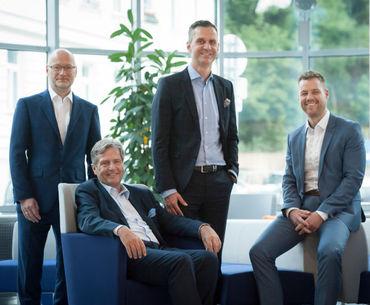 Stehend (v.l.n.r.): Markus Schmidbauer, Christoph Repolust und Andreas Schmitt. Sitzend: Christian Oppl (Bild: Ingo Folie/Greco)